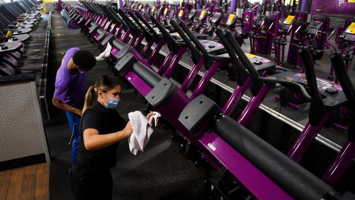 Sanificazioni in una palestra negli Stati Uniti - Getty Images