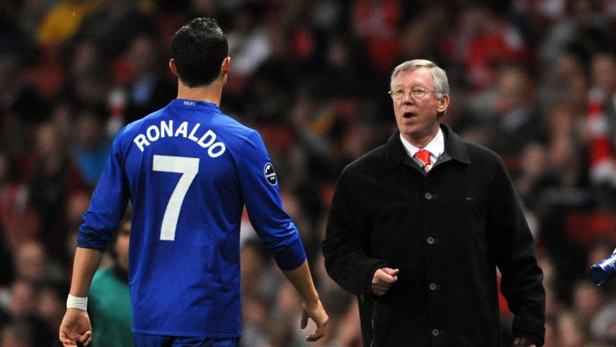 LONDON, ENGLAND - MAY 05: Manchester United manager Alex Ferguson instructs Cristiano Ronaldo during the UEFA Champions League semi final second leg match between Arsenal and Manchester United at the Emirates Stadium on May 5, 2009 in London, England. (Ph