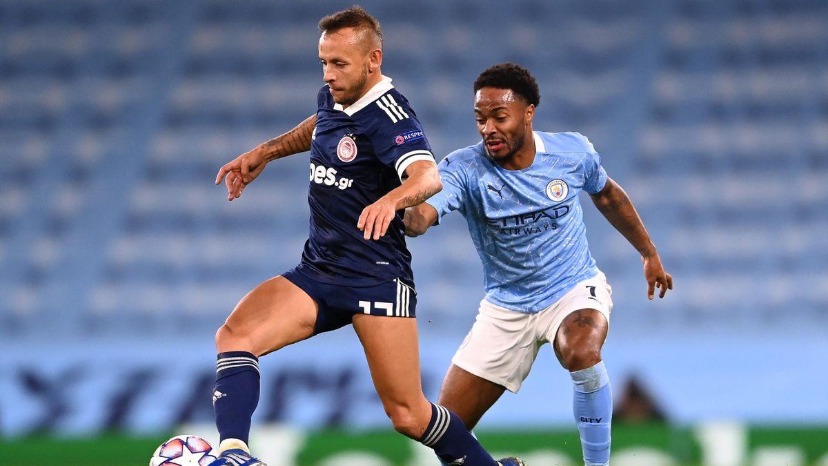 Rafinha (links) im Trikot von Olympiakos Piräus im Spiel gegen Manchester City