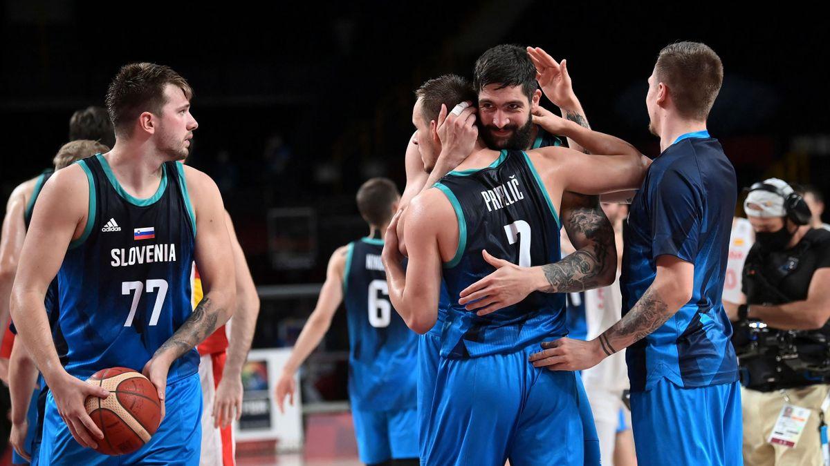 L'équipe de Slovénie de basket après sa victoire sur l'Espagne lors des JO de Tokyo, le 1er août 2021