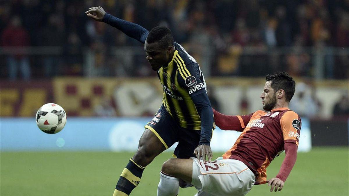 Spor Toto Süper Lig'in 28. hafta derbi maçında Galatasaray ile Fenerbahçe takımları, Türk Telekom Arena'da karşı karşıya geldi. Fenerbahçeli futbolcu Emmanuel Emenike (solda), rakibi Hakan Balta ile mücadele etti.