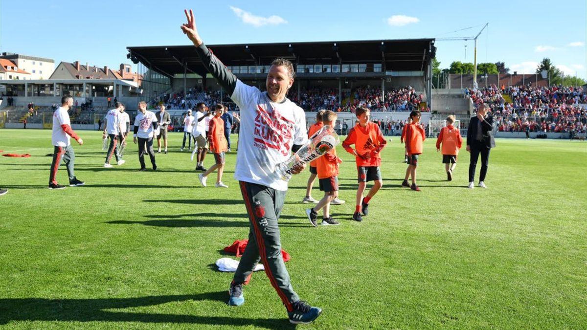 Trainer Holger Seitz stieg 2019 mit Bayern II in die 3. Liga auf. Nachdem Sebastian Hoeneß zur TSG Hoffenheim wechselte, kehrt Seitz auf die Bayern-Trainerbank zurück