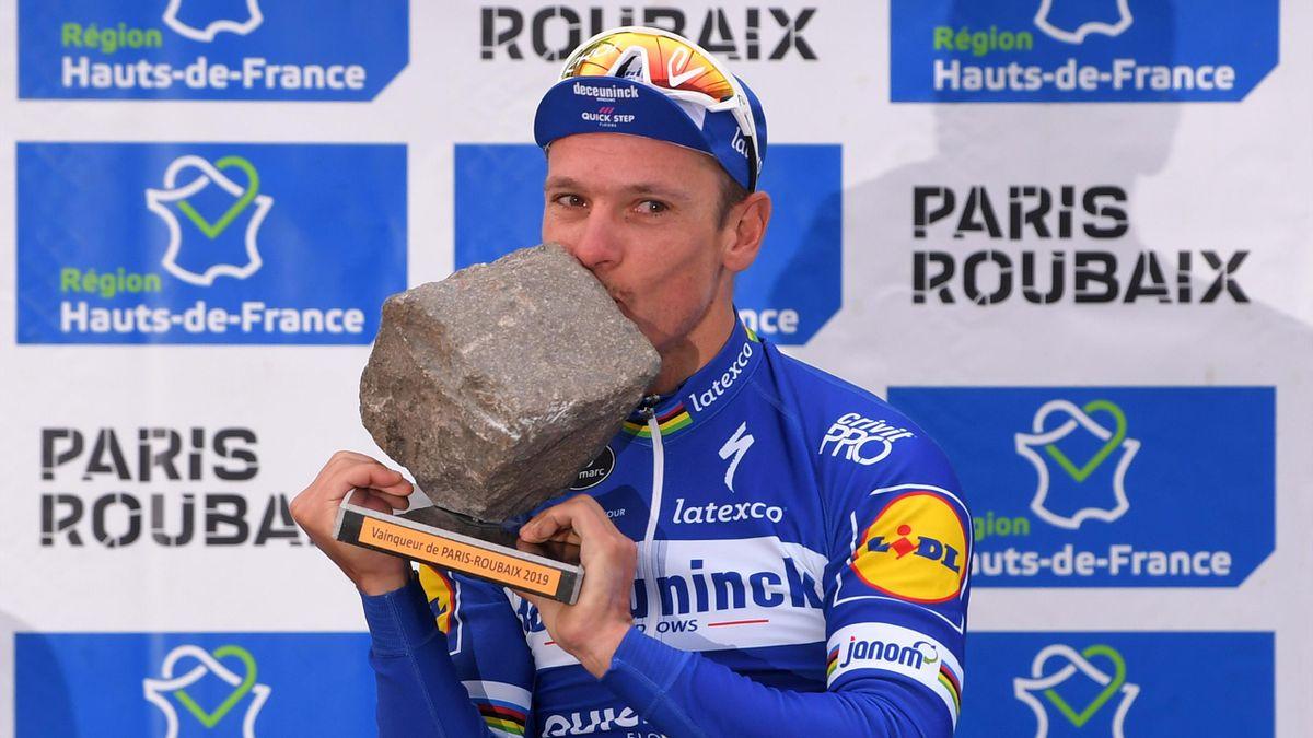 La foto de Isabel Díaz Ayuso con un adoquín que acaba en un meme viral de la París-Roubaix