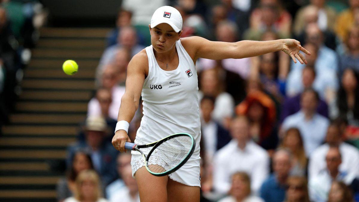 Ashleigh Barty golpe un revés cortado en la final de Wimbledon