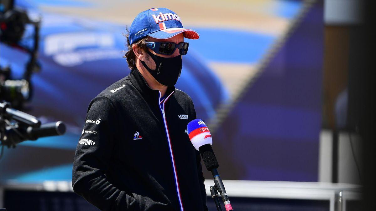 Fernando Alonso atiende a los medios de comunicación durante el Gran Premio de Portugal en Portimao.