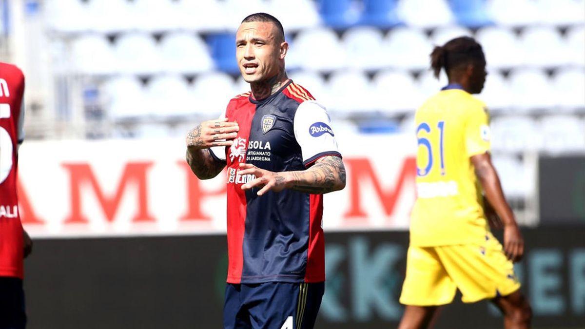 Nainggolan parla con i compagni durante Cagliari-Hellas Verona - Serie A 2020/2021 - Getty Images