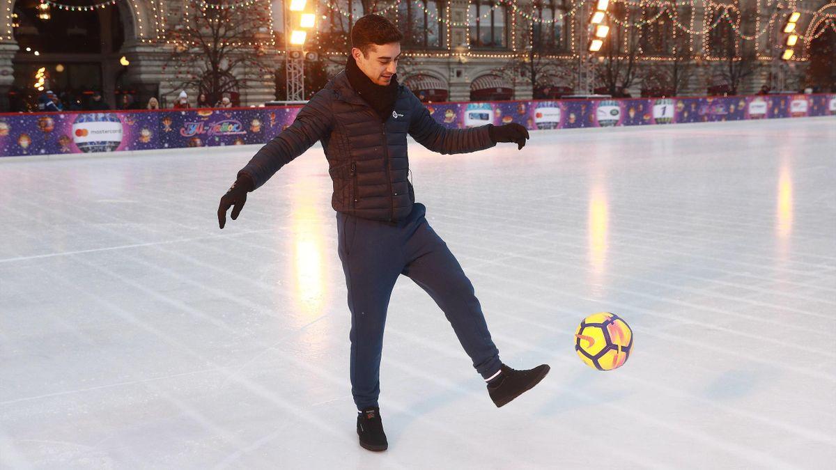 Javier Fernández juega al fútbol en la Plaza Roja de Moscú