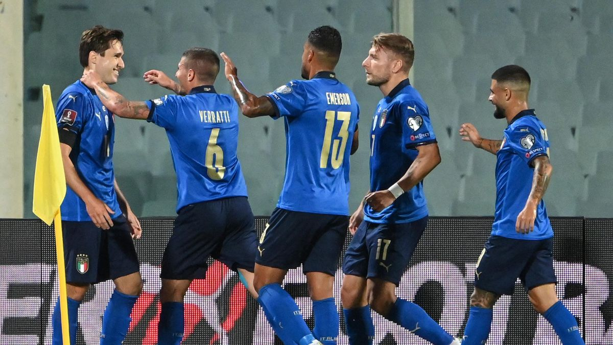 Italy players celebrate with Chiesa