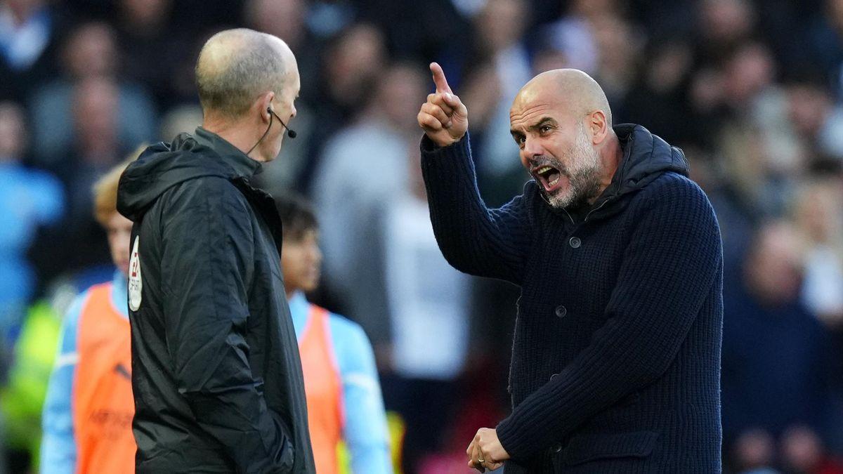 Pep Guardiola schimpft mit dem vierten Offizielen, Mike Dean - FC Liverpool vs. Manchester City
