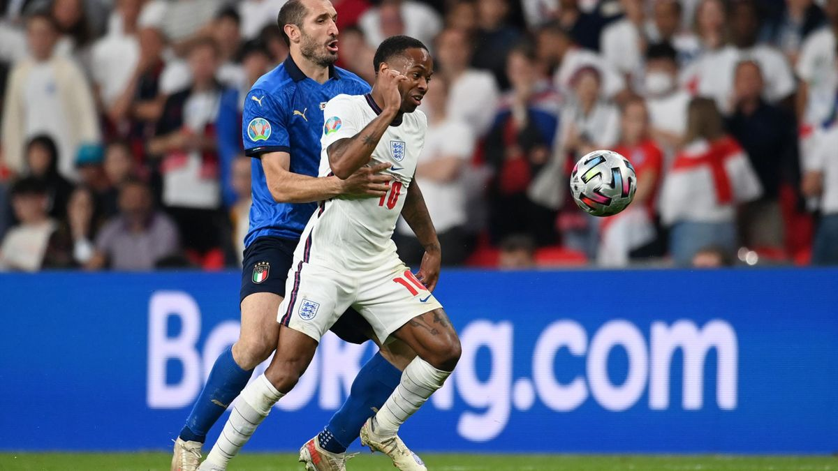 Giorgio Chiellini, în duel cu Raheem Sterling, în timpul finalei EURO 2020 dintre Italia și Anglia
