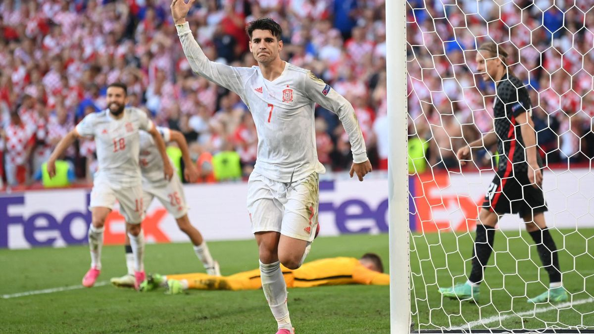 Alvaro Morata esulta per il 5-3 della Spagna sulla Croazia