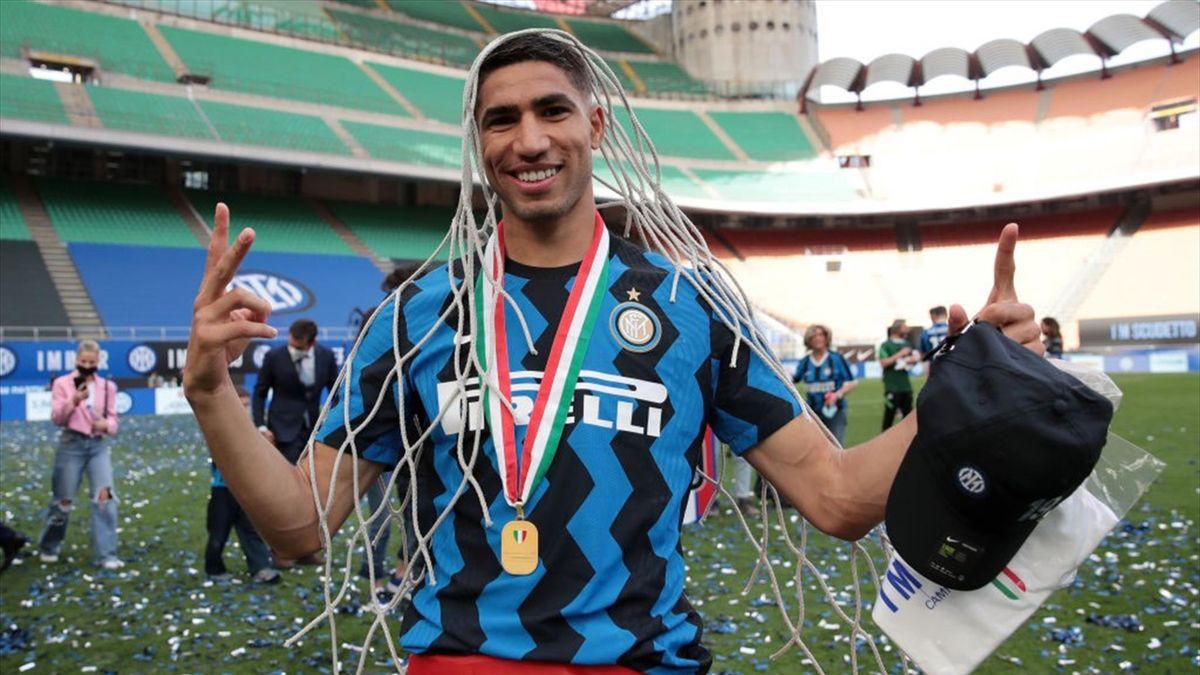 Achraf Hakimi con un pezzo di rete di una porta di San Siro - Inter-Udinese Serie A 2020-21