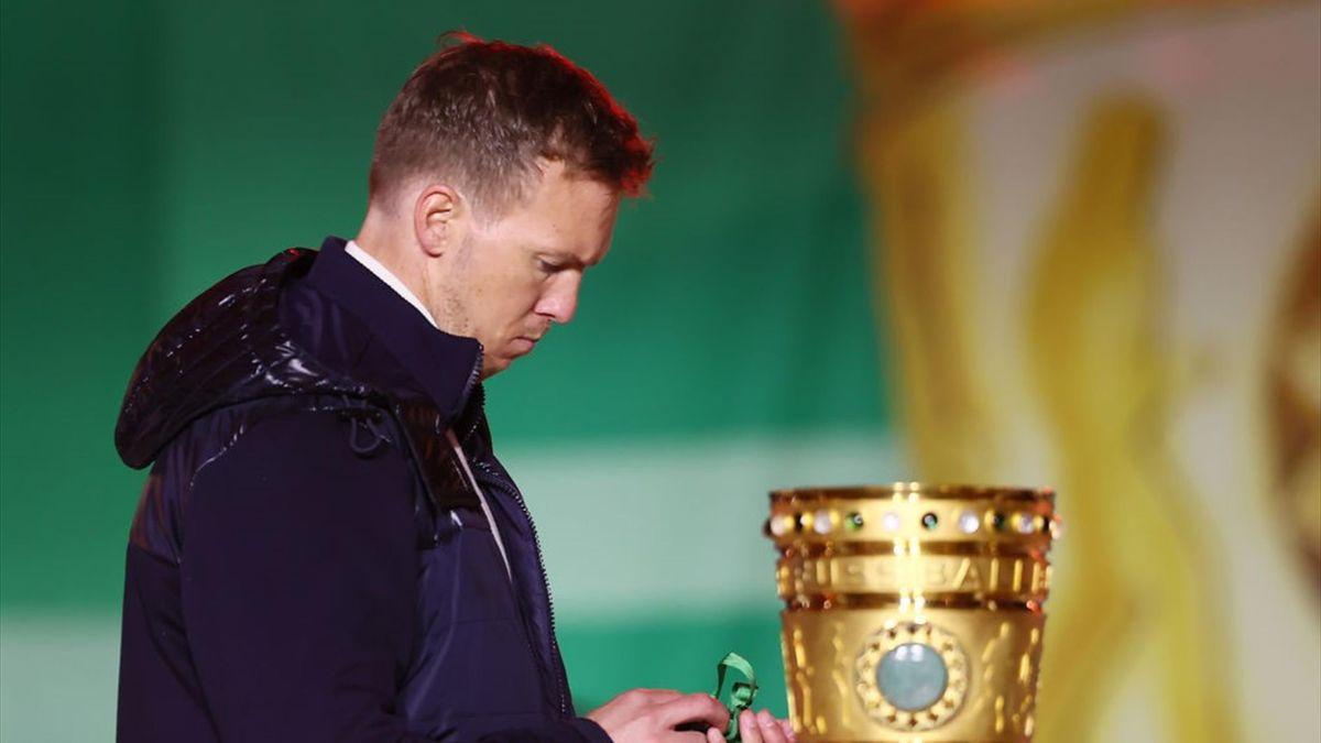 Julian Nagelsmann schleicht nach dem verlorenen Pokalfinale gegen Borussia Dortmund am goldenen Pott vorbei