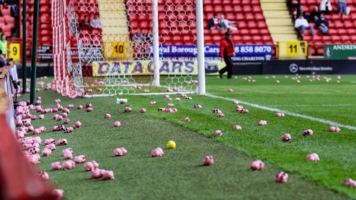 Charlton-Coventry, pigs thrown on the pitch