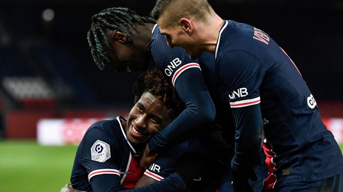 Paris Saint-Germain's Italian forward Moise Kean (C) celebrates with Paris Saint-Germain's Italian midfielder Marco Verratti (R) and Paris Saint-Germain's French defender Timothee Pembele (L)