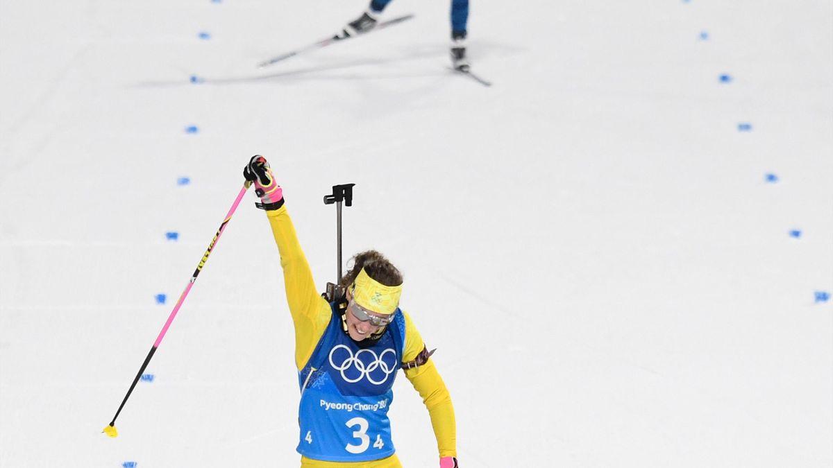Hanna Öberg firar Sveriges silver skidskyttestafett