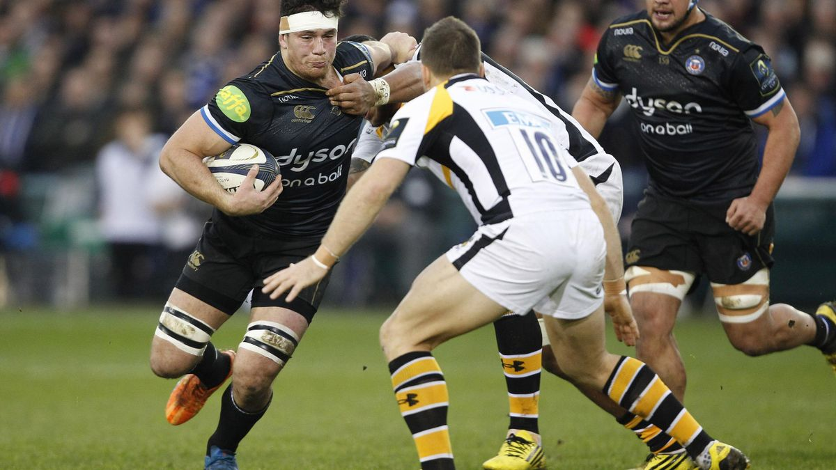 Francois Louw of Bath Rugby (L) in action with Jimmy Gopperth (C) and Nathan Hughes of Wasps (R).