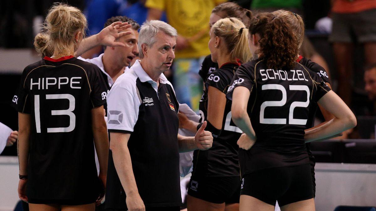 Luciano Pedullà (m.) hofft auf eine erfolgreiche EM seiner Spielerinnen