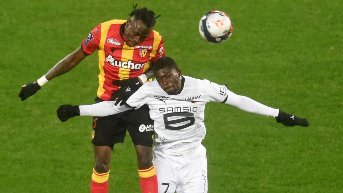 Lens' Cameroon forward Igniatius Knepe Ganago (L) fights for the ball with Rennes' French defender Damien Da Silva during the French L1 football match between RC Lens and Stade Rennais Football Club at the Bollaert-Delelis Stadium