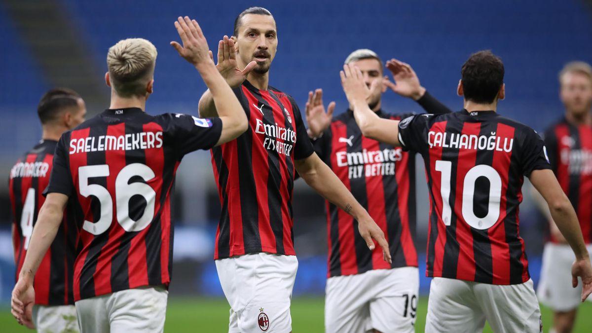 Zlatan Ibrahimovic félicité par ses coéquipiers de l'AC Milan.