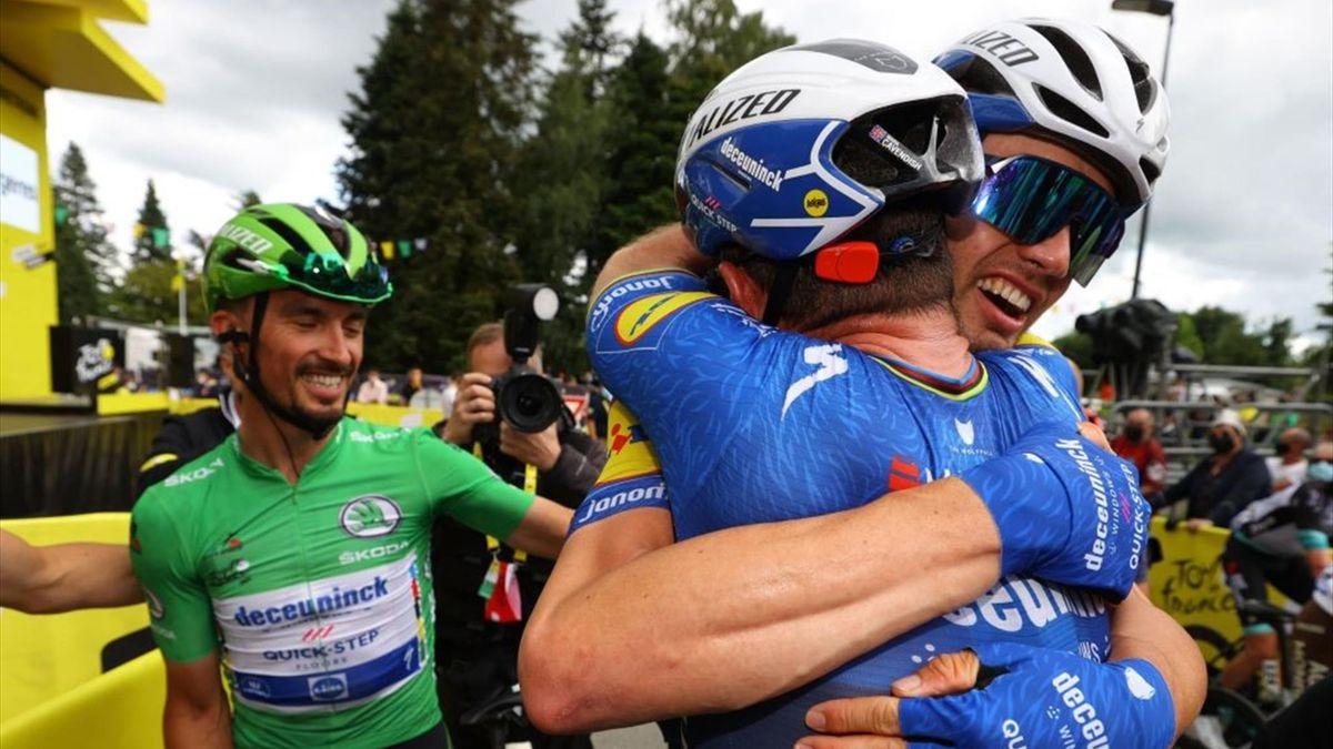 Mark Cavendish esulta al traguardo di Fougères con i compagni di squadra - Tour de France 2021