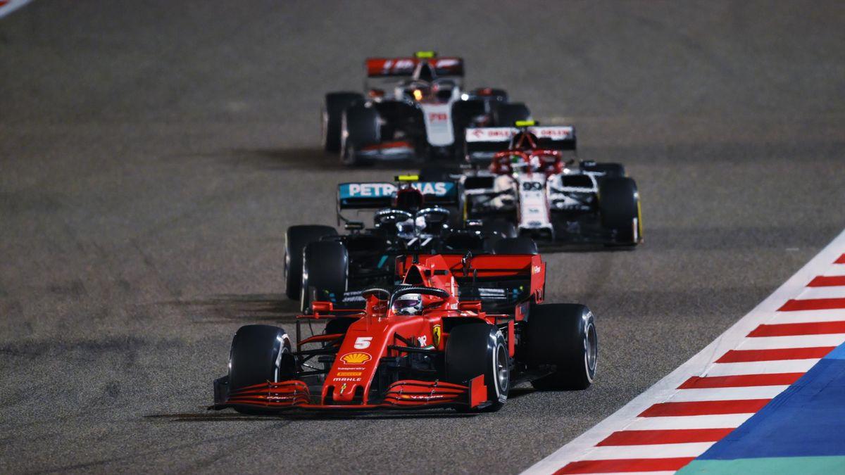 Sebastian Vettel im Ferrari vor Valtteri Bottas (Mercedes) in Bahrain