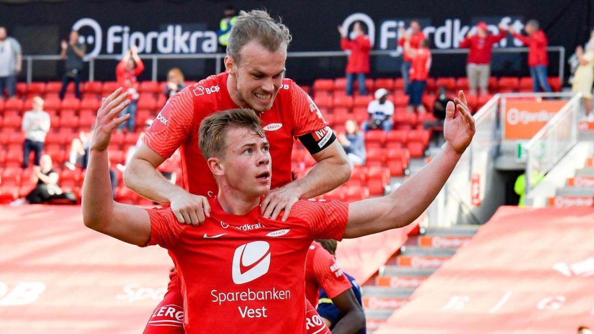 Aune Heggebø feirer 1-0 sammen med kaptein Petter Strand.