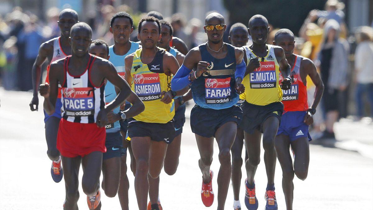 Britain's Mo Farah (3rd R) runs alongside men's elite class runners during the London Marathon April 21, 2013 (Reuters)