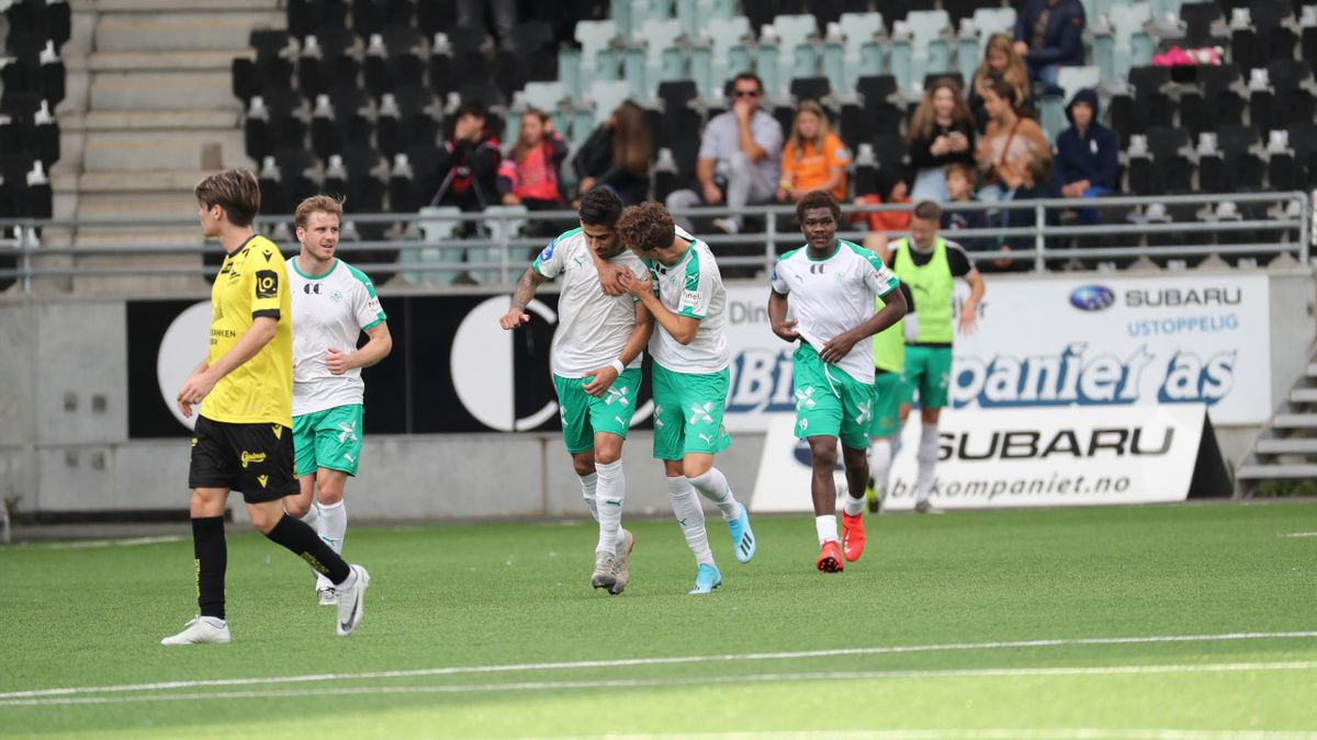 Markus Solbakken gratulerer Ruben Guerra etter hans 3-0 mål under fotballkampen i 1. divisjon mellom Ham-Kam og Start på Briskeby gressbane på Hamar.