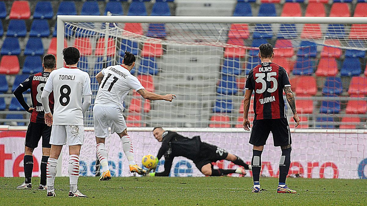 Zlatan Ibrahimovic (AC Milan) verschießt gegen den FC Bologna vom Punkt