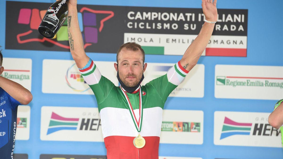 Sonny Colbrelli sul podio di Imola dopo aver conquistato il titolo italiano nella prova in linea dei campionati nazionali italiani 2021 - Imago pub not in FRAxNED