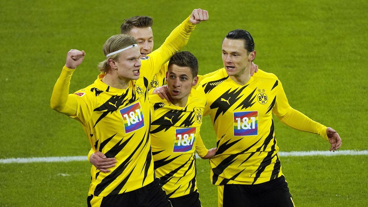Erling Haaland (l.) jubelt mit seinen BVB-Teamkollegen über das 2:0 gegen den FC Bayern