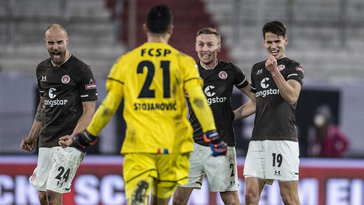 Die Spieler des FC St. Pauli bejubeln den Derbysieg gegen den HSV