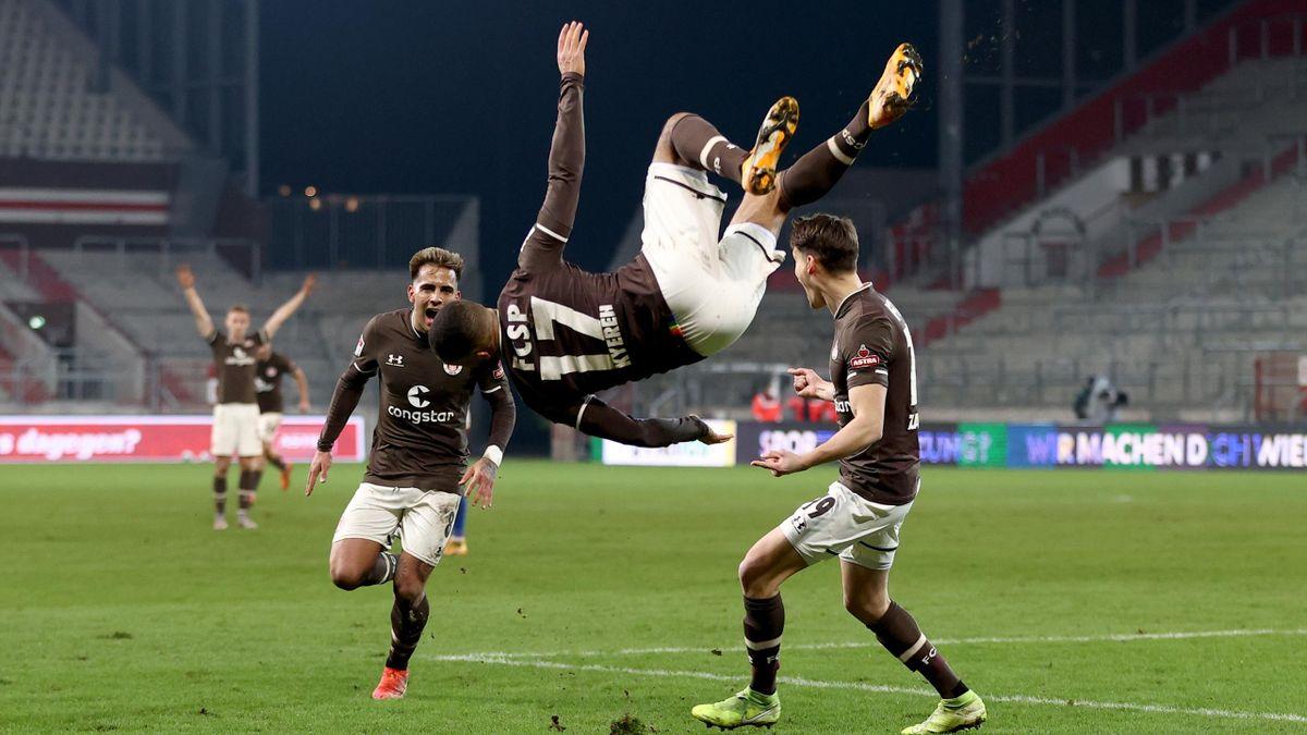 Daniel-Kofi Kyereh feiert sein Tor für St. Pauli gegen den HSV