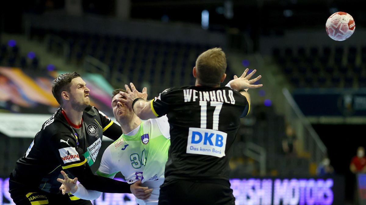 Hendrik Pekeler (l.) und Steffen Weinhold im Zweikampf mit dem Slowenen Rok Ovnicek (Mitte)