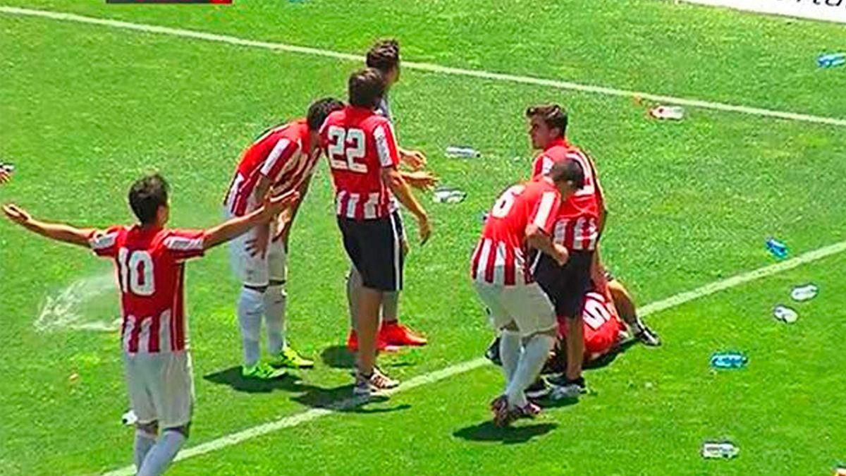 Lanzamiento de botellas de la afición del Cádiz a los jugadores del Bilbao Athletic