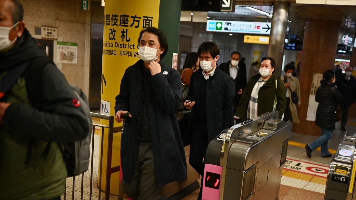 People wait for the train in Tokyo's Ginza area on February 17, 2020. - Japan said on February 17 it would cancel a public gathering to celebrate the birthday of new Emperor Naruhito on February 23, as fears grow over the spread of the new COVID-19 corona