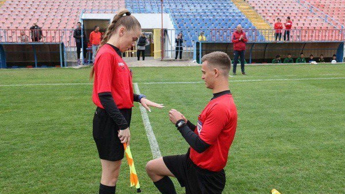 Румынский лайнсмен сделал предложение девушке-лайнсмену и получил положительный ответ