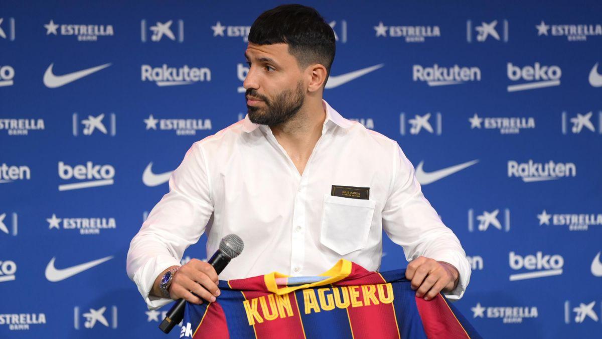 Kun Agüero con posando con la camiseta del Barcelona