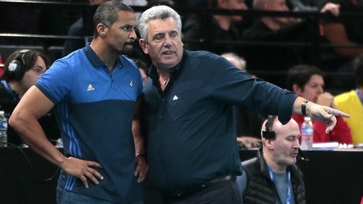 Didier Dinart et Claude Onesta sur le banc des Bleus en 2016.