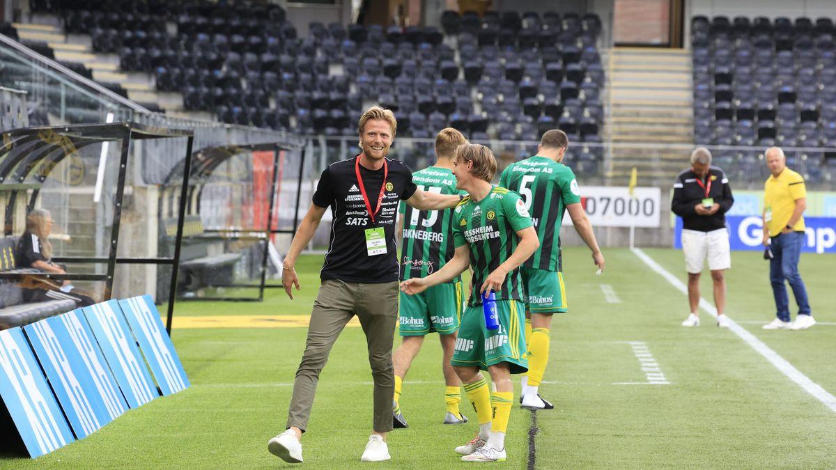 Ull/Kisas daglige leder Andreas Aalbu (t.v.) etter at de vant kampen i 1. divisjon mellom Start og Ull/Kisa på Sør Arena i Kristiansand.