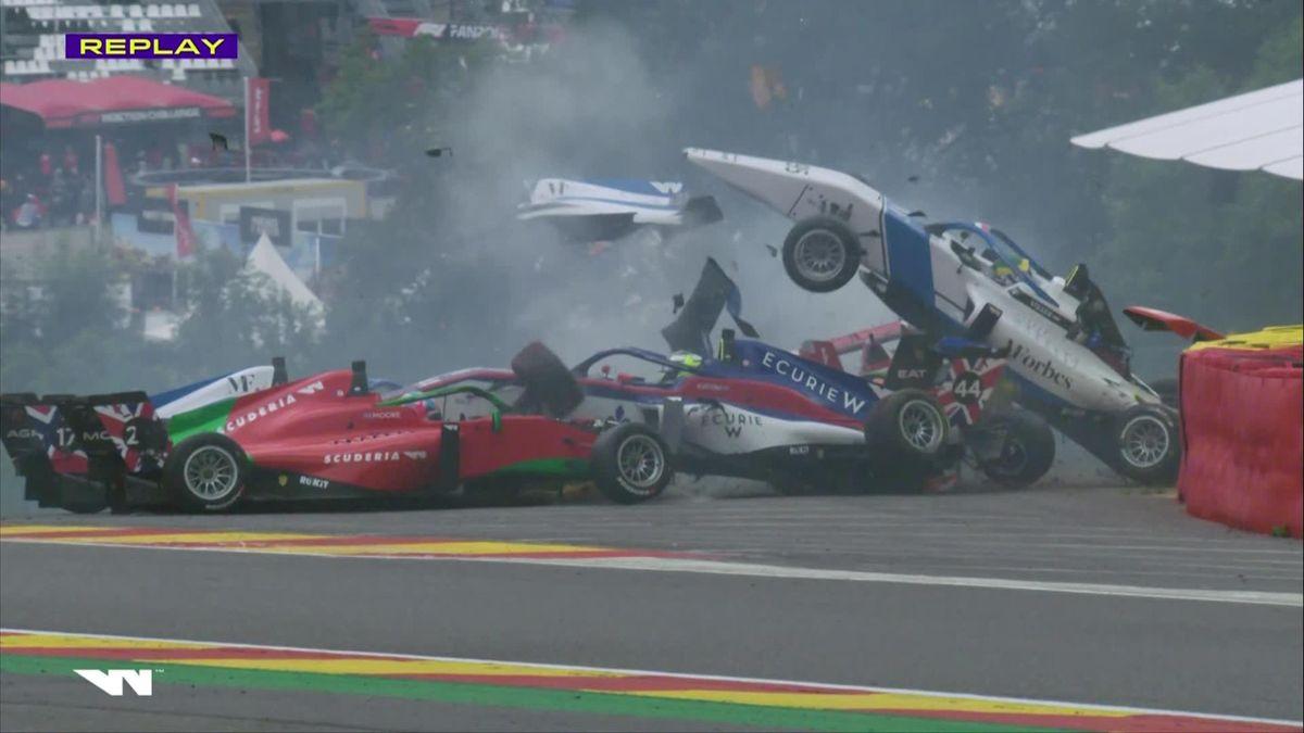 W Series | Beitske Visser met de schrik vrij na mega crash op Spa