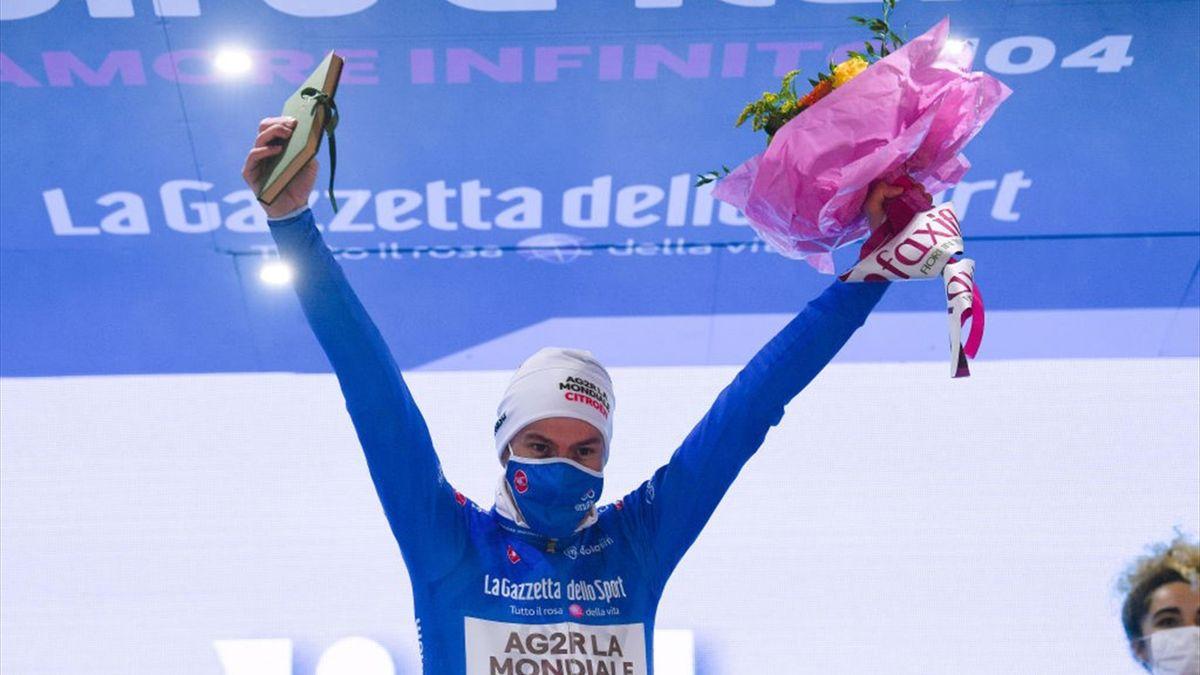 Bouchard sul podio di Cortina con la maglia azzurra di miglior scalatore - Giro d'Italia