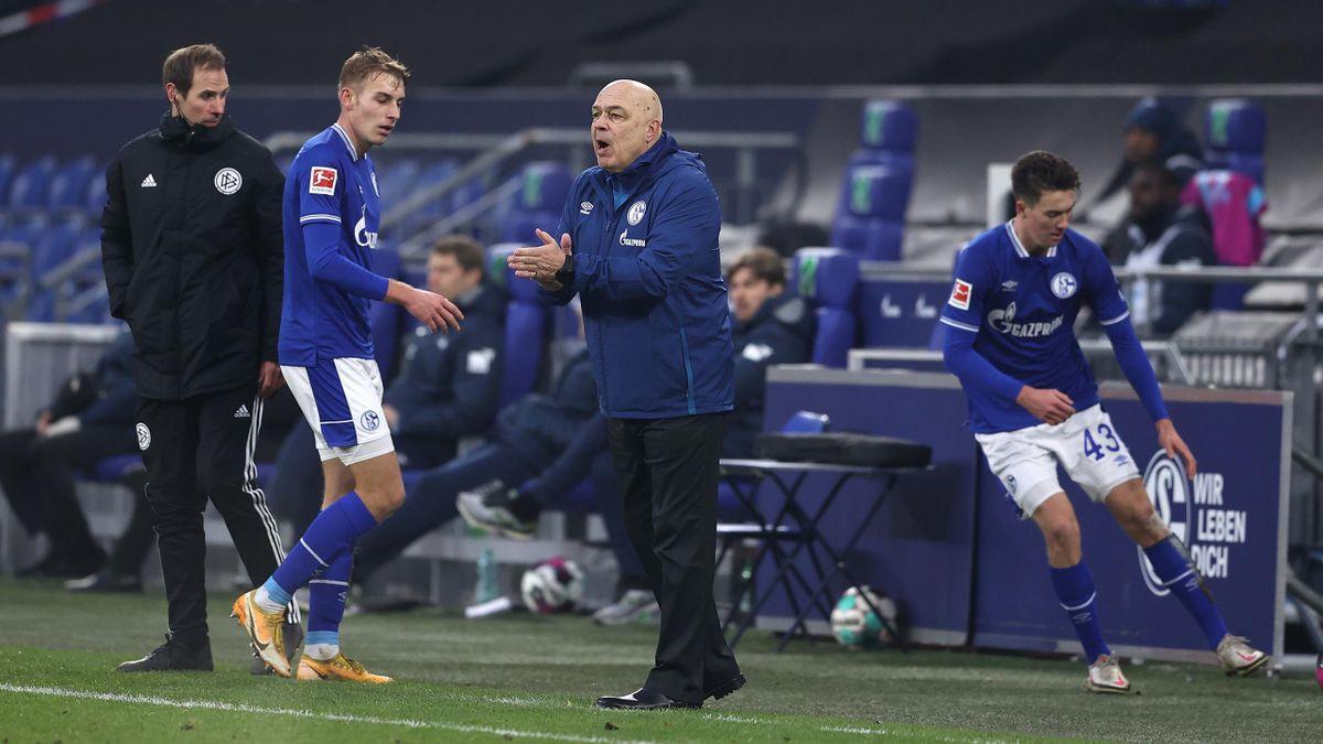 Christian Gross (m.) hat in der Schalke-Mannschaft wohl kaum noch Unterstützung