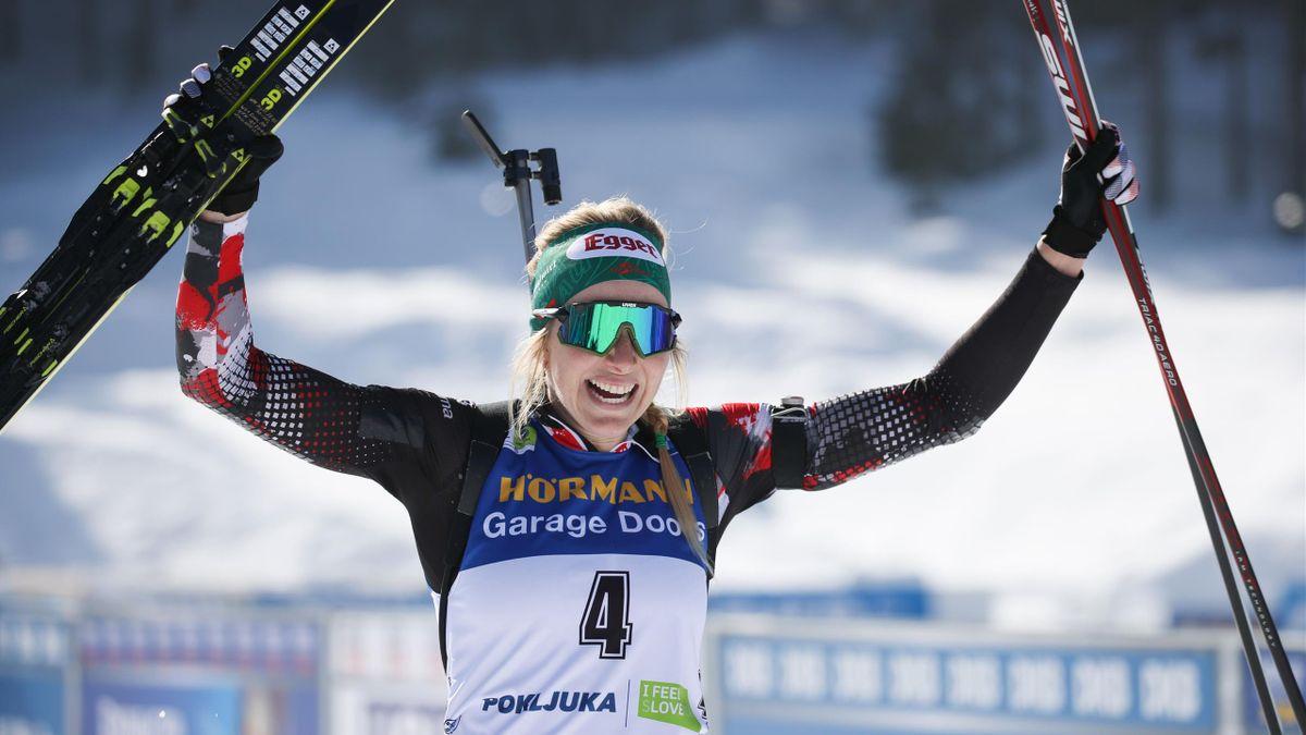 Lisa Theresa Hauser jubelt über ihre Goldmedaille im Massenstart