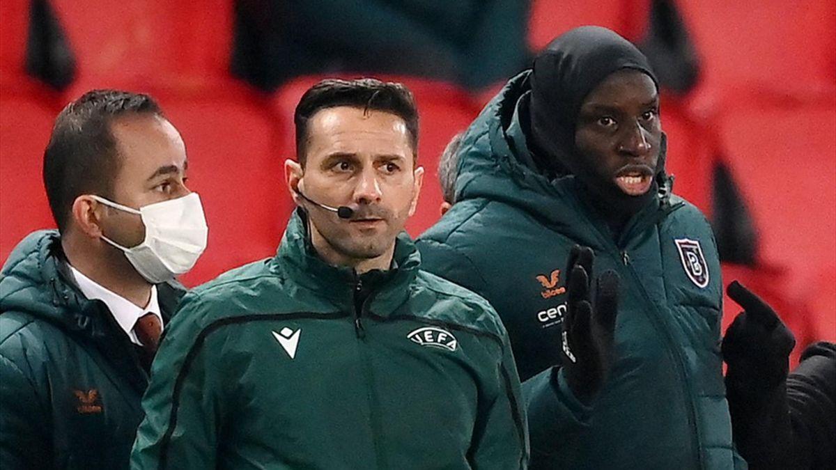 Sebastian Coltescu (mitte) soll Basaksehir-Co-Trainer Pierre Webó rassistisch beleidigt haben