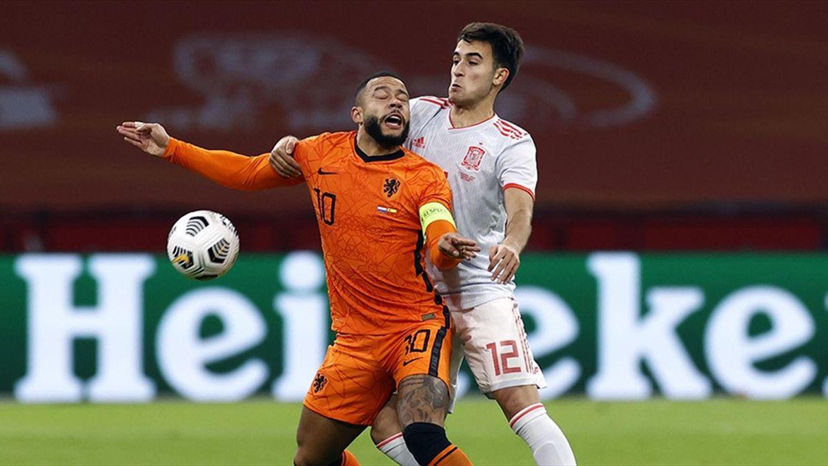 Eric Garcia, în duel cu Memphis Depay, în Olanda - Spania