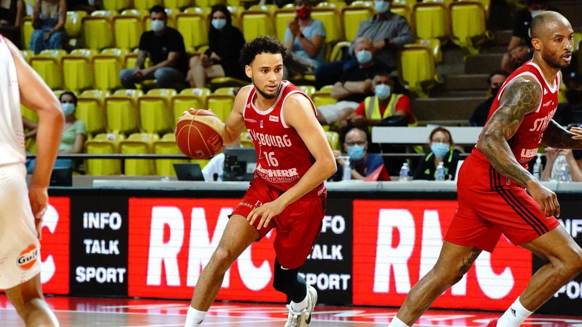 Jayson Tchicamboud (Strasbourg), ballon en main face à Monaco, le 16 juin 2021