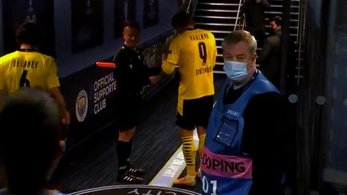 Erling Haaland gibt dem Schiedsrichter-Assistenten ein Autogramm