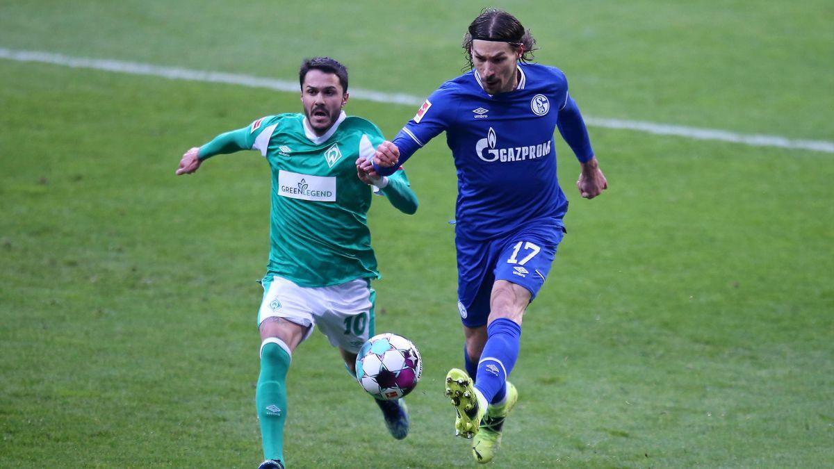 Bremens Leonardo Bittencourt (l.) im Zweikampf mit dem Schalker Benjamin Stambouli